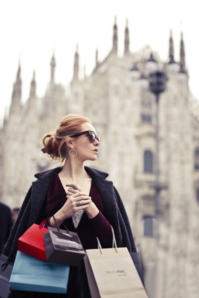 Femme faisant du shoping dans une ville