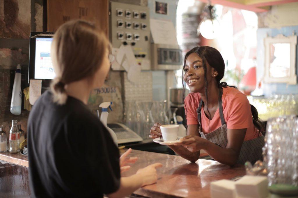 Service client dans un café